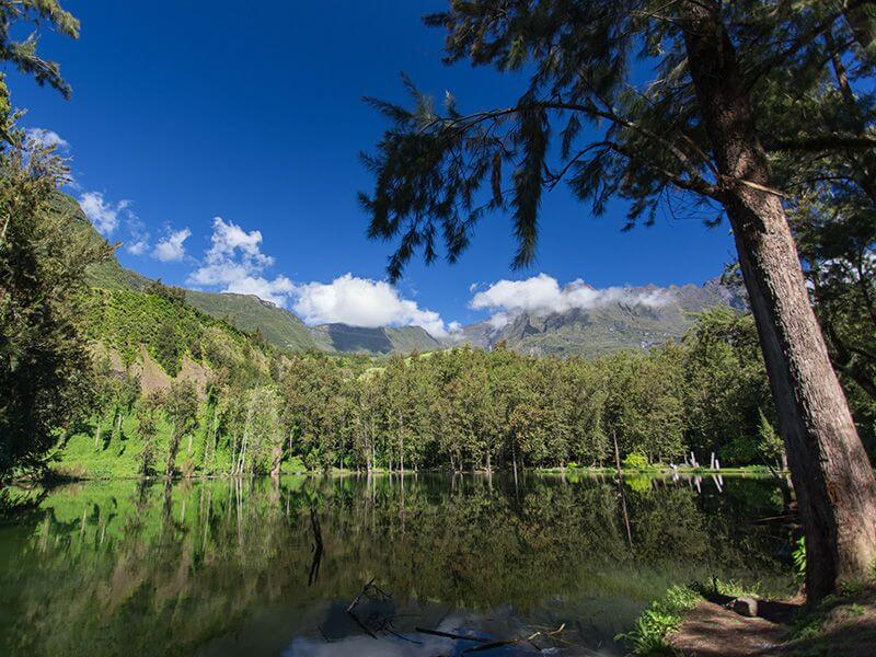 Lac et montagne à La Réunion.