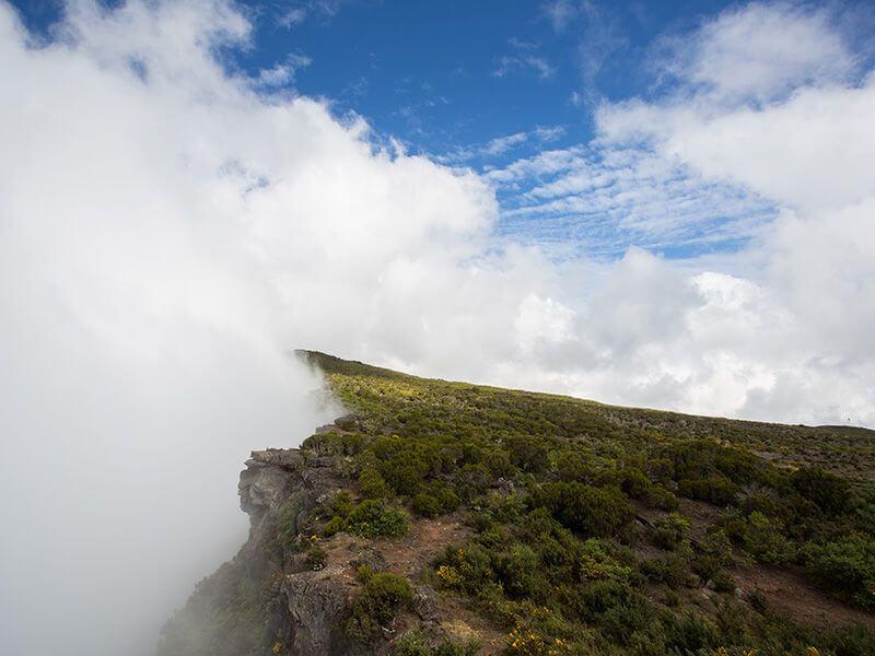 Sommet dans les nuages à La Réunion.