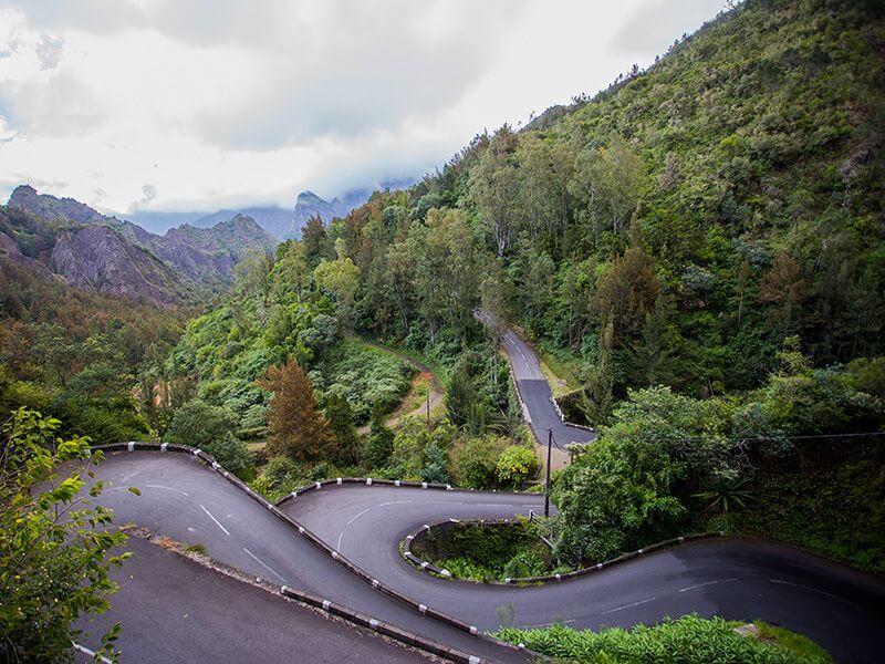 Une route de montagne à La Réunion.