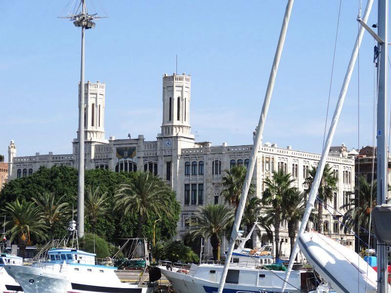 Vue du port de Cagliari en Sardaigne.
