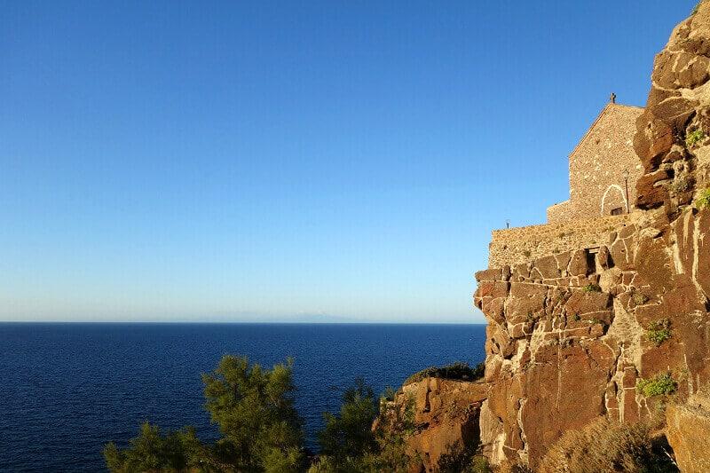 Une chapelle et la mer en Sardaigne.