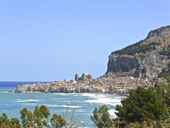 Vue sur la ville de Cefalù en Sicile.