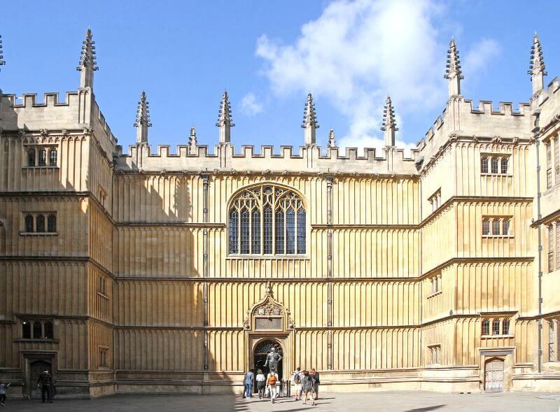 Façade gothique en Angleterre.