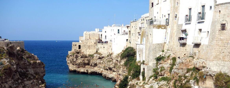 Maisons au bord de la mer en Italie.