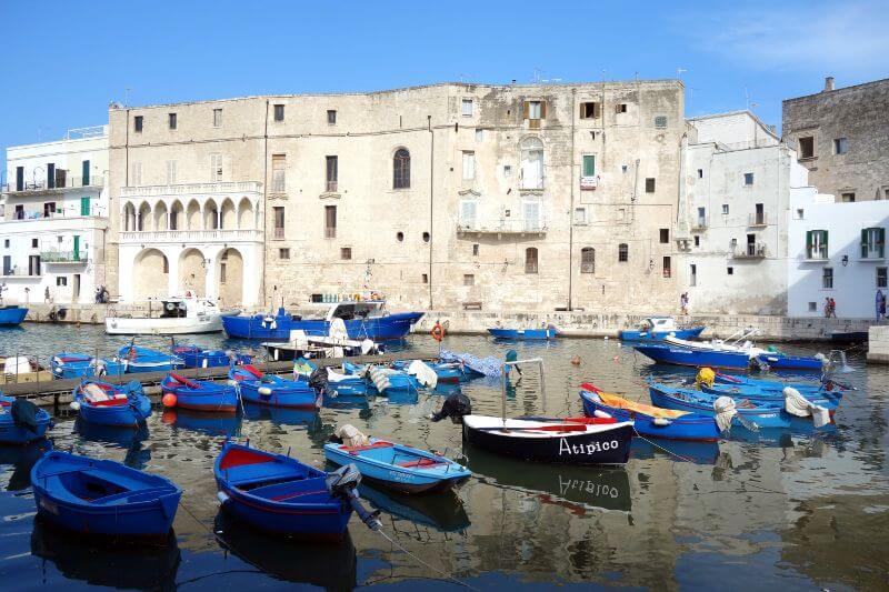 Barques dans un port en Italie.