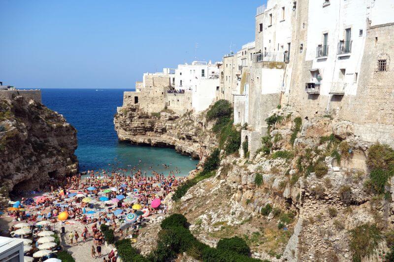 Village perché au bord de la mer en Italie.