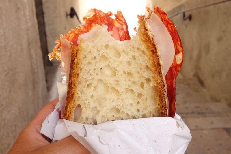 Sandwich italien dans une main.