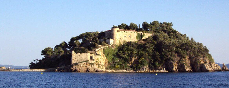 Vue du fort de Brégançon depuis la mer.