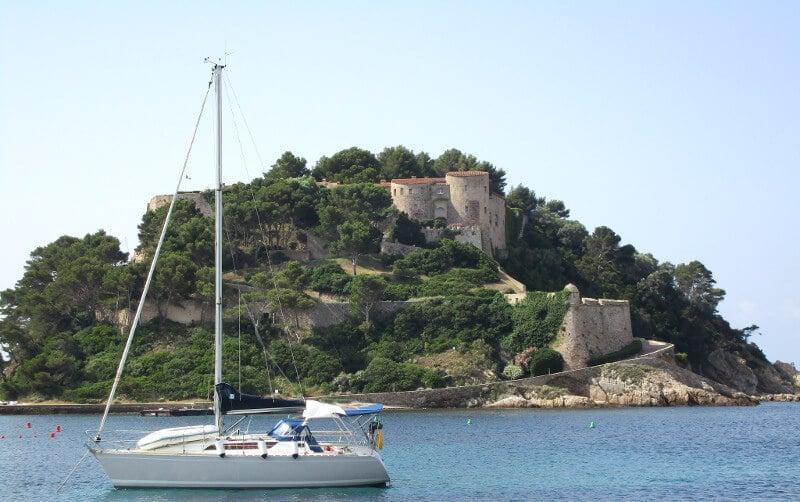 Le fort de Brégançon vu de la mer.