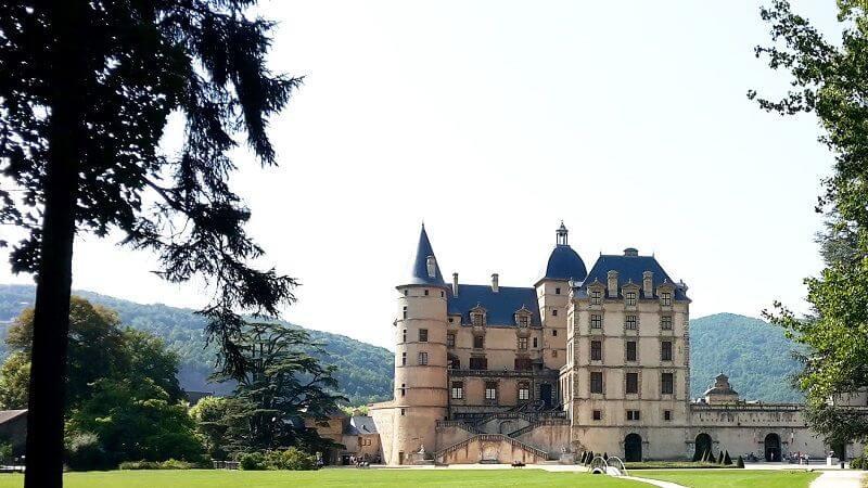Vue du château de Vizille dans les Alpes.