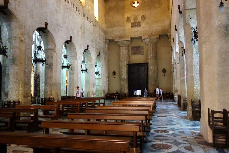 Intérieur d'une cathédrale en Sicile.