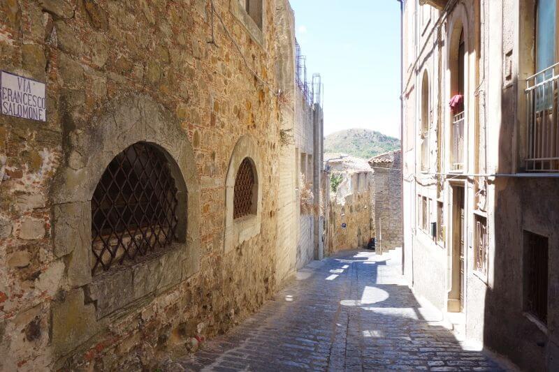 Ruelle d'un village en Sicile.