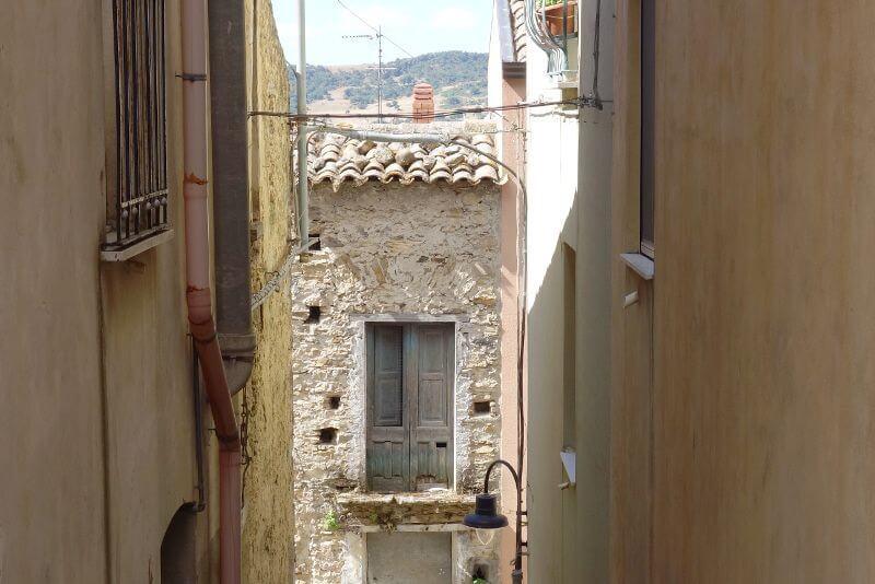 Rue étroite d'un village sicilen.