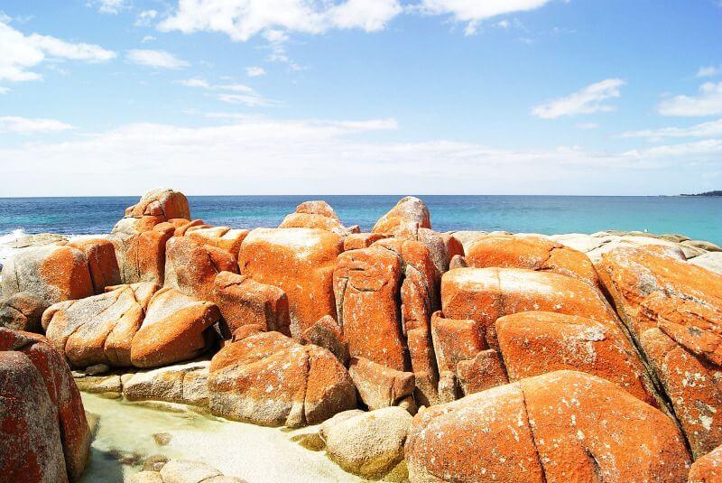 Rochers sur une plage en Tasmanie.