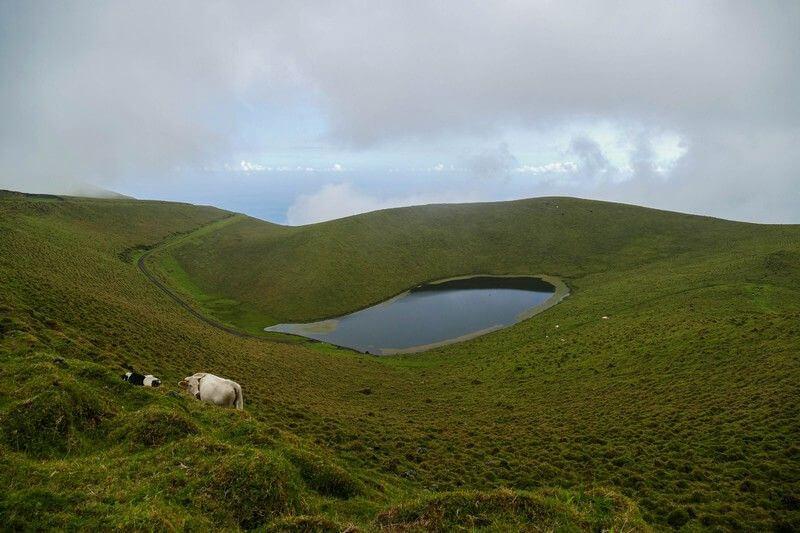Un petit lac de montagne aux Açores.