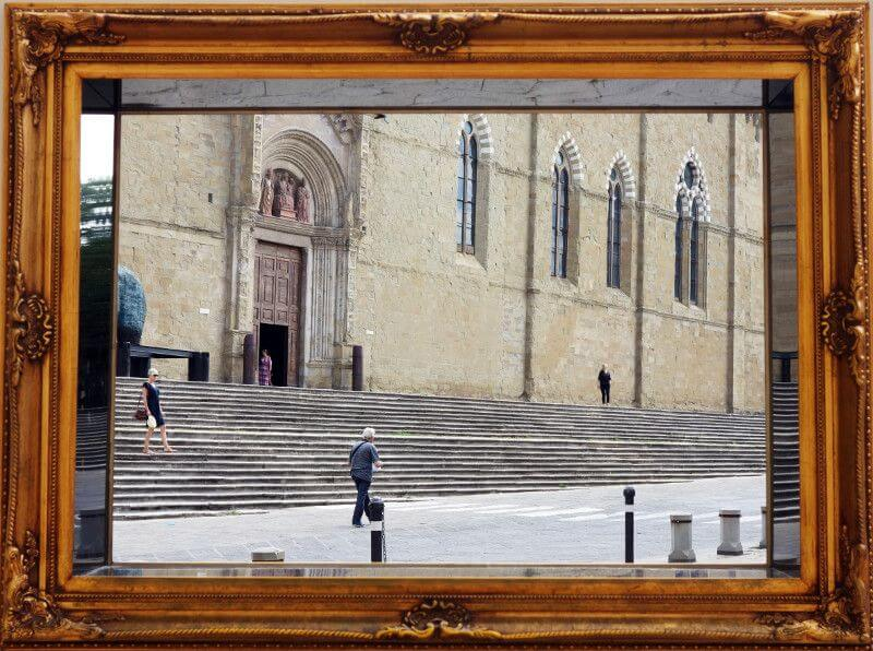 Une place à Arezzo en Toscane.