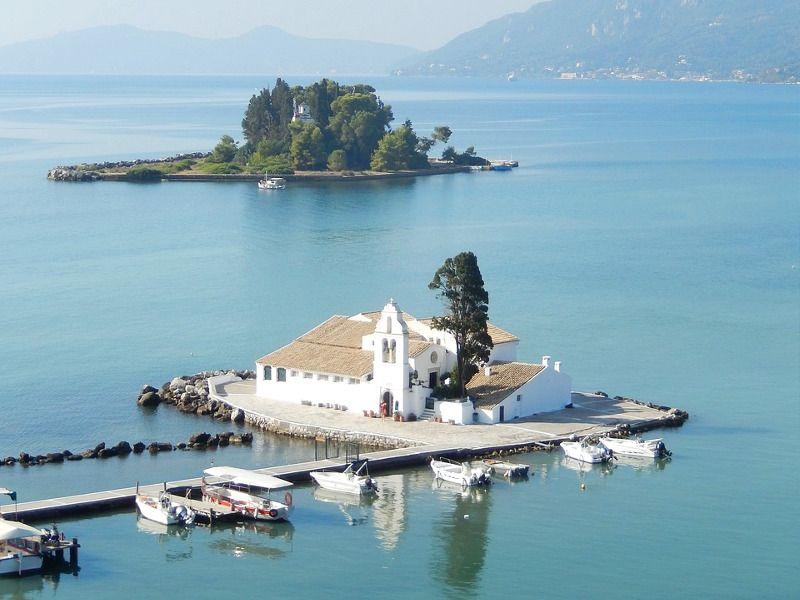 Églises sur des îlots à Corfou.