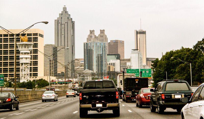 Autoroute dans une ville aux USA.