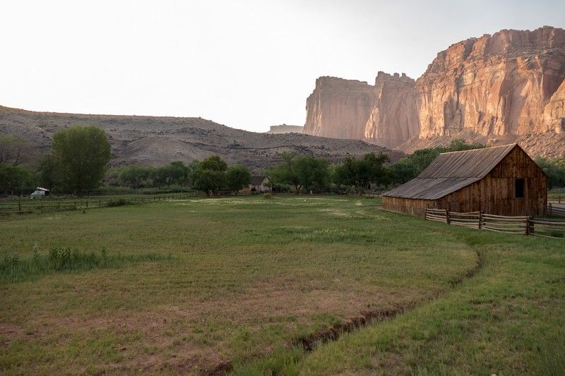 Camping au pied d'une montagne aux USA.