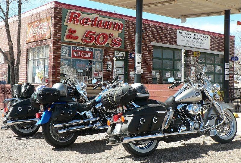Motos garées à une station-service aux USA.