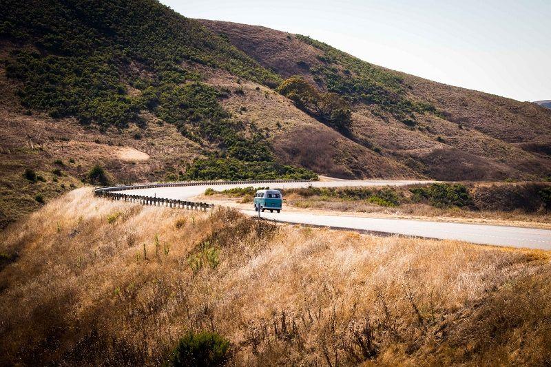Combi Volkswagen sur une route des USA.