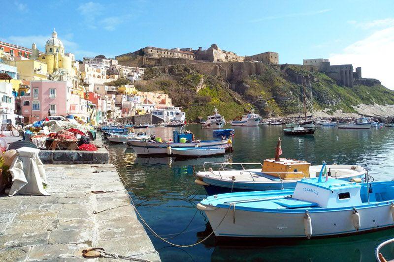 Port sur l'île de Procida, près de Naples.