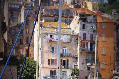 Maisons colorées à Bastia en Corse.