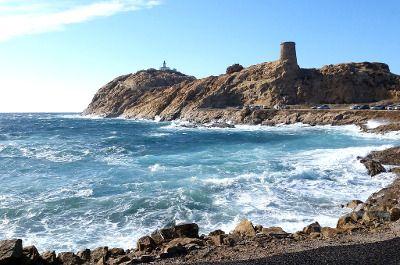 Vue du front de mer à l'Île-Rousse, en Corse du Nord.
