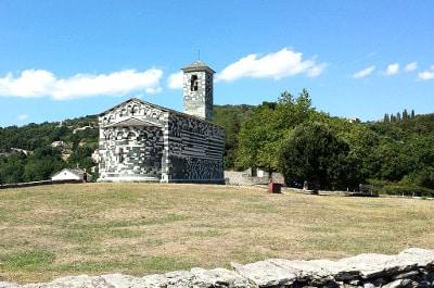 Vue d'une vieille église en Corse du Nord.