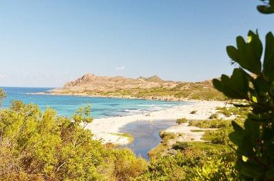Vue d'une plage en Corse du Nord.