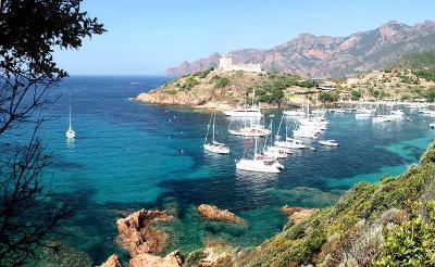 Vue d'un petit port en Corse du Nord.