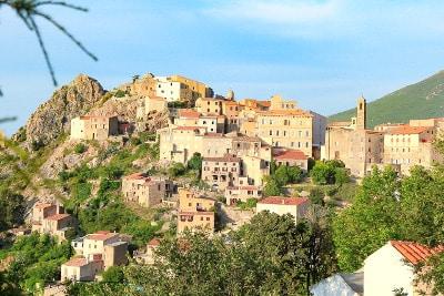 Vue d'un village de Balagne, en Corse du Nord.