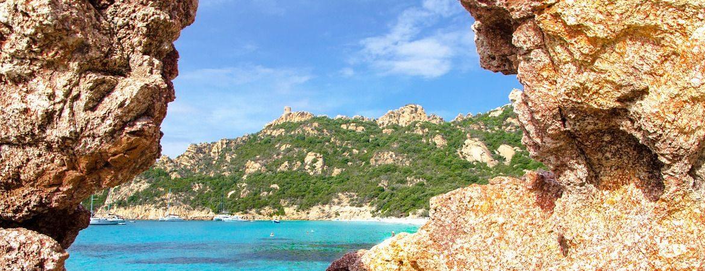 Plage et rochers rouges en Corse du Sud.