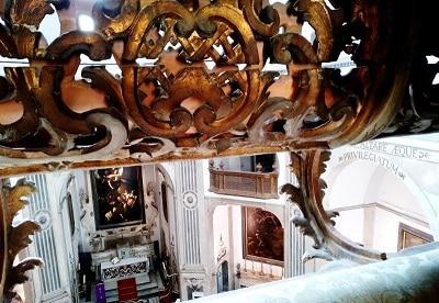 Intérieur d'une église à Naples.