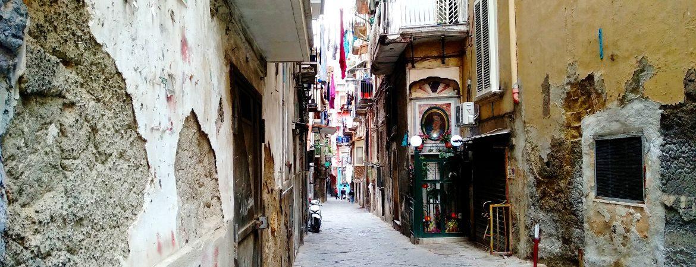 Petite rue de Naples en Italie.