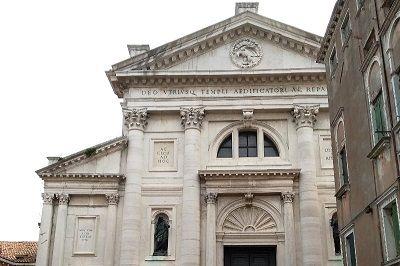 Façade d'une église à Venise.