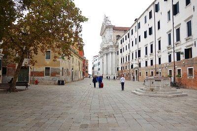 Vue d'une place à Venise.
