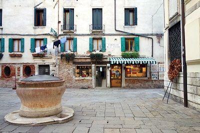 Place et fontaine à Venise.