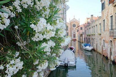 Canal et église à Venise.