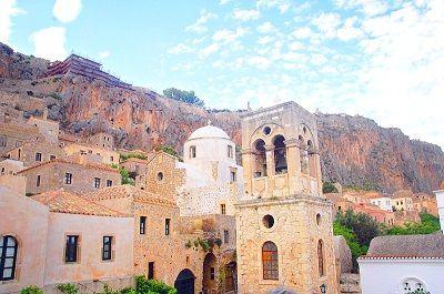 Village au pied d'une falaise en Grèce.