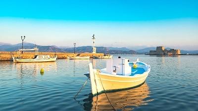 Barques amarrées dans un port en Grèce.