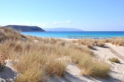 Vue d'une plage avec dunes en Grèce.
