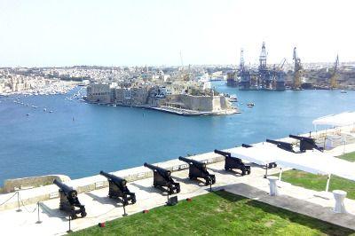 Canons veillant sur un port à Malte.