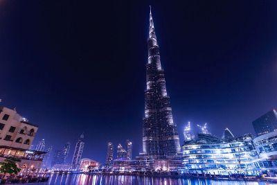 Vue de Dubaï la nuit.