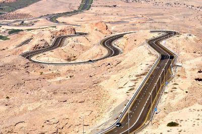 Une route aux Émirats arabes unis.