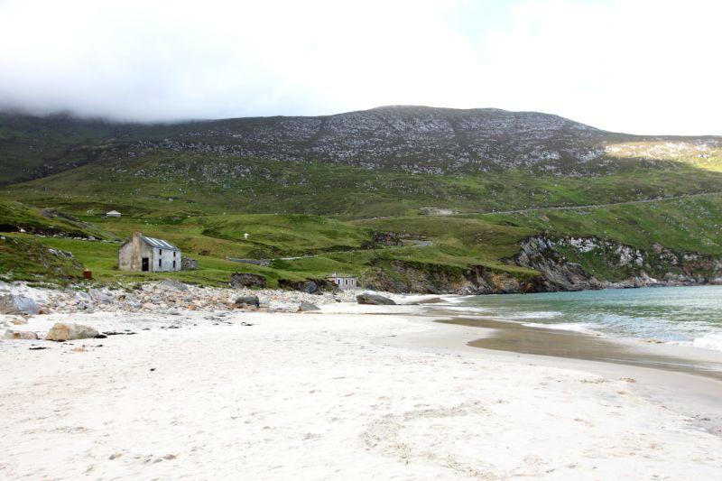 Petites maisons au bord d'une plage d'Irlande.