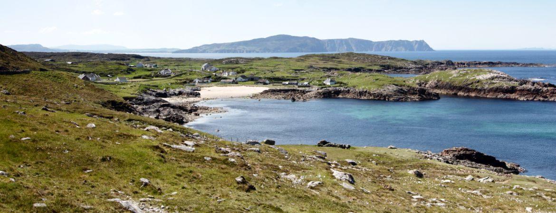 Vue d'une baie sur la côte d'Irlande.