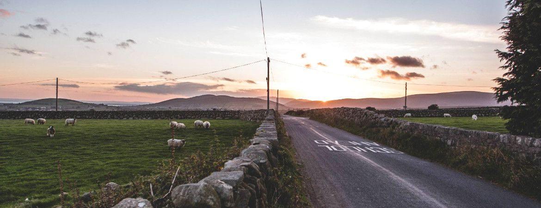 Coucher de soleil sur une route en Irlande.