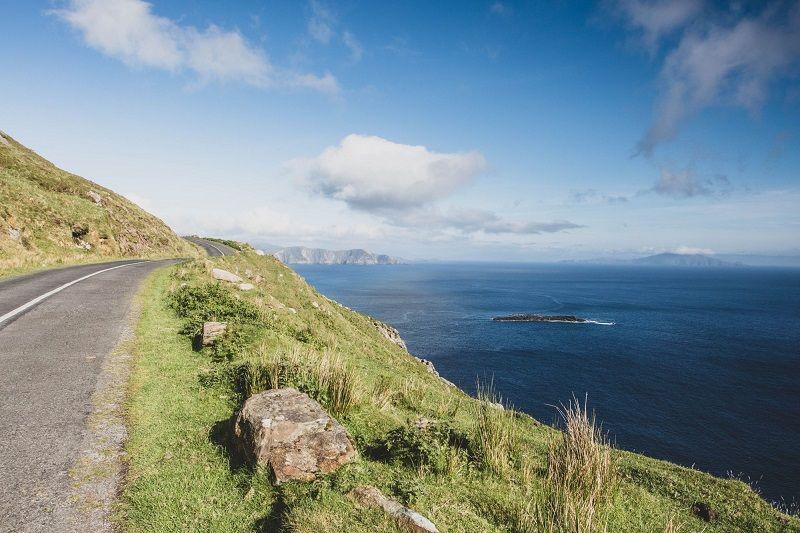 Une route au bord de la mer en Irlande.