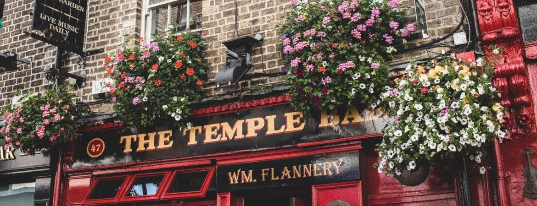 Façade fleurie d'un pub à Dublin.